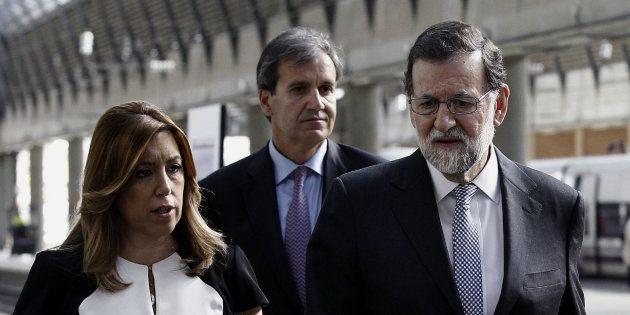 El presidente del Gobierno, Mariano Rajoy (d), junto a la presidenta de Andalucía, Susana Díaz, y el...