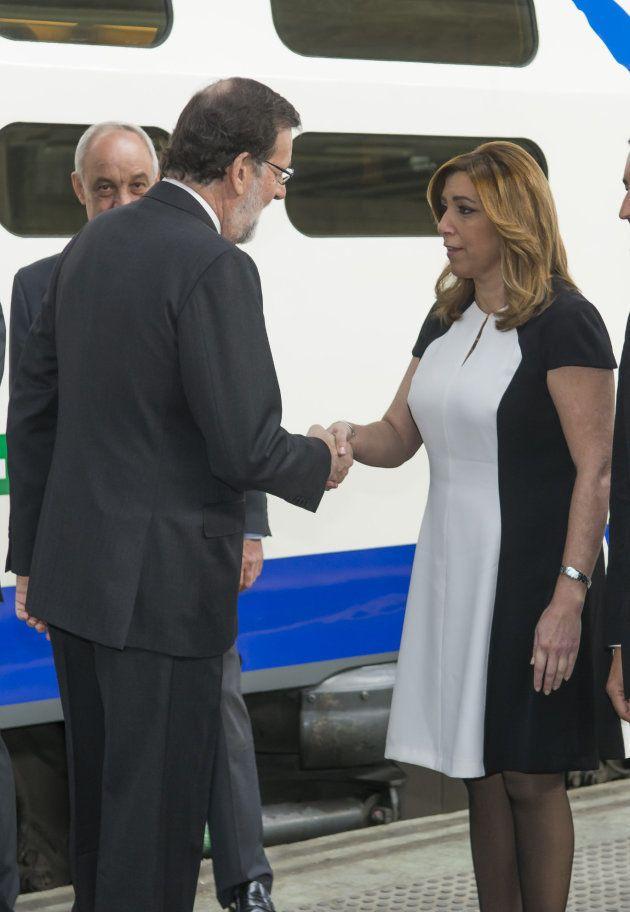 El presidente del Gobierno, Mariano Rajoy, saluda a la presidenta de la Junta de Andalucía, Susana Díaz,...