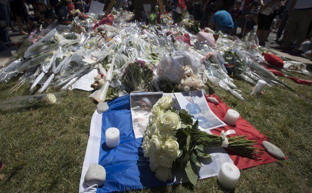 Vista de las fotos, flores, banderas y velas como homenaje a las víctimas del atentado en