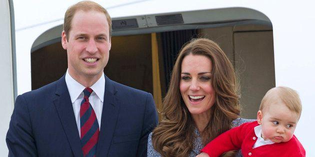 Imagen de Guillermo y Kate, Duques de Cambridge, con el príncipe Jorge en un avión en Canberra, Australia,...