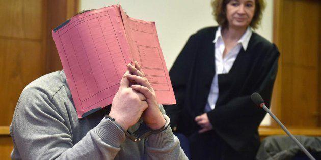 El enfermero alemán Niels Högel se tapa la cara durante un juicio en