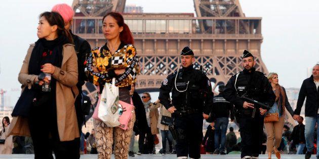 Una patrulla de Policía patrulla por el Trocadero, cerca de la Torre Eiffel de París, este