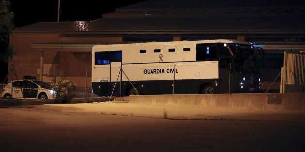 El vehículo de la Guardia Civil en el que viaja Ignacio González llega a la cárcel de Soto del Real,