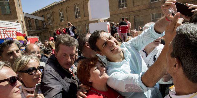Pedro Sánchez se fotografía con una militante, hoy en