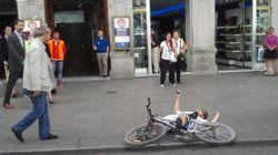 Un ciclista se cae ante el príncipe Felipe