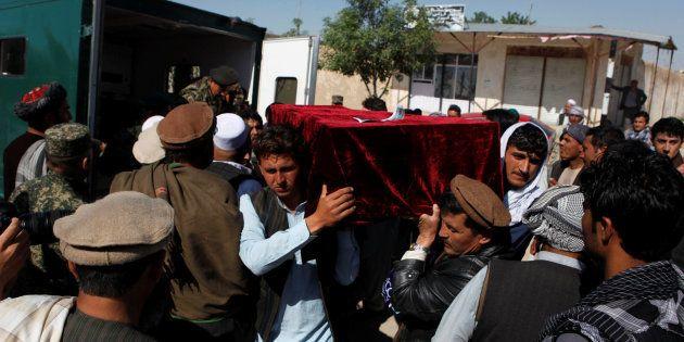 Familiares de uno de los asesinados portan su féretro en Mazar-i-Sharif, al norte de Afganistán, este
