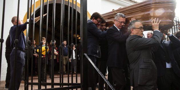 La despedida a Utrera Molina: Gallardón carga con el féretro mientras suena el 'Cara al