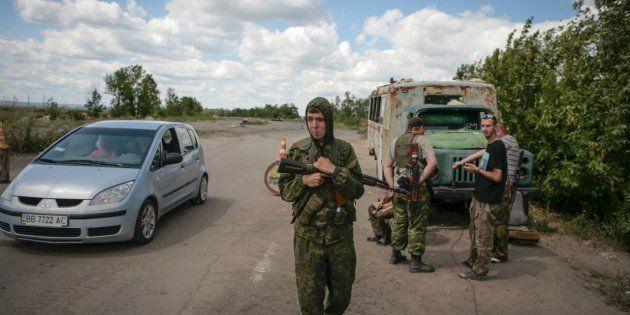 Rebeldes pro Rusia controlan un paso en el este de Lugansk, en julio de