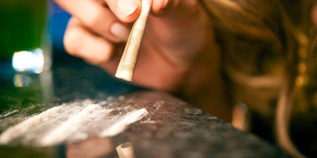 Una mujer esnifando cocaína, en una imagen de