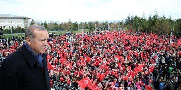 El presidente turco Recep Tayyip Erdogan saluda a la muchedumbre que lo espera para celebrar los resultados...