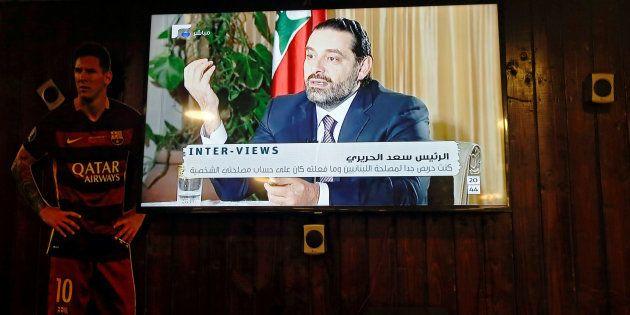 La entrevista del dimitido primer ministro de Líbano, Saad Hariri, vista anoche desde una cafetería de...