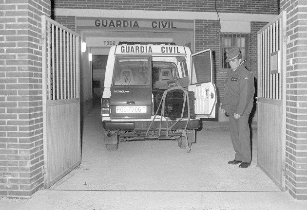 Un vehículo de la Guardia Civil de Llombay transporta los féretros de las tres
