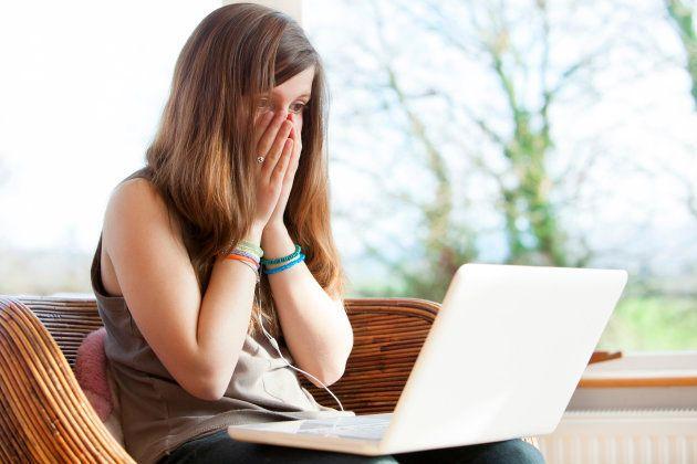 Los padres deben enseñar a sus hijos lo que es el ciberacoso igual que les enseñan a cruzar la