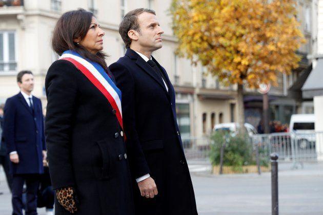 El presidente galo, Emmanuel Macron, y la alcadesa de París, Anne Hidalgo, ante una placa en recuerdo...