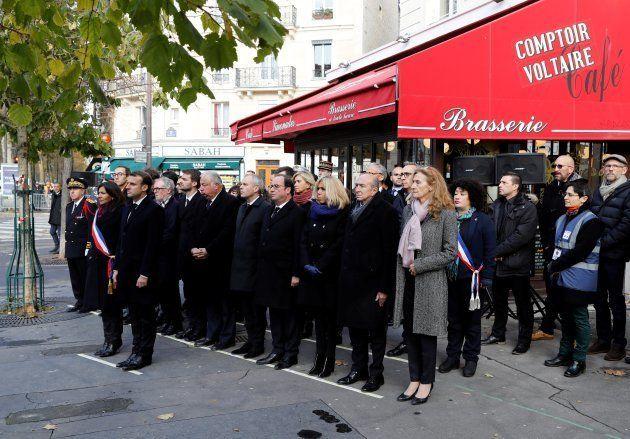 Macron e Hidalgo, presidiendo el minuto de silencio ante el bar Comptoir Voltaire, donde atacaron los