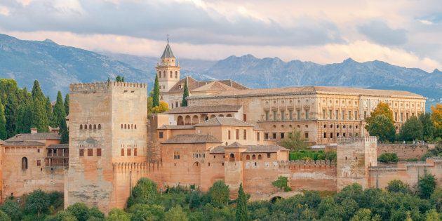 El humo de los coches y la quema de rastrojos 'pintan' de hollín la Alhambra de