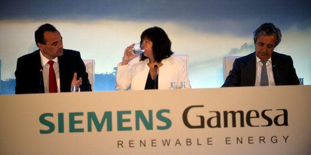 Markus Tacke, Rosa Maria Garcia y Carlos Rodriguez Quiroga, dirección de Siemens Gamesa en Zamudio. REUTERS/Vincent
