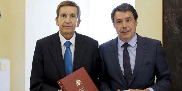 El expresidente madrileño Ignacio González, tras recibir de manos del por entonces fiscal jefe Madrid...