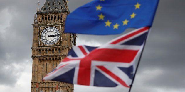 Las banderas de Reino Unido y la Unión Europea, ante el Big Ben (en el lado noroeste del Palacio de Westminster,...