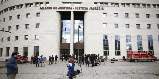 Numerosos medios concentrados ante el Tribunal Superior de Justicia de Navarra, en Pamplona, donde ha...