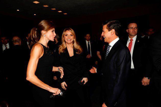 La reina Letizia posando con el presidente de México, Enrique Peña Nieto, y su esposa Angélica Rivera...