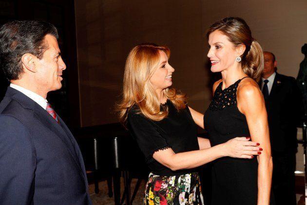 La reina Letizia, con Enrique Peña Nieto y su esposa Angélica Rivera a su llegada a la residencia de...