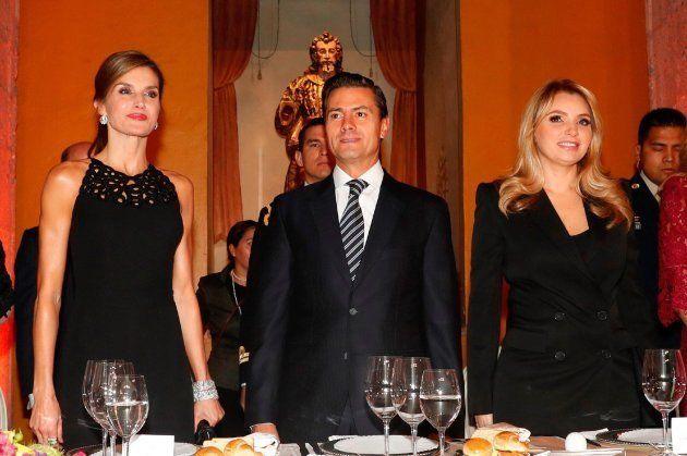 La reina Letizia, Enrique Peña Nieto y Angélica Rivera durante la cena oficial de la Cumbre Mundial de...