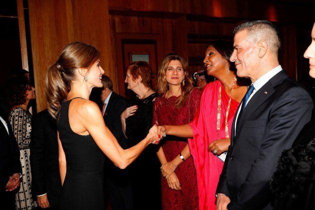 La reina Letizia saludando a los invitados durante la cena oficial de la Cumbre Mundial de Líderes contra...