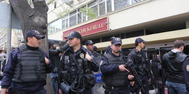 Turquía arresta a 803 personas por vínculos con el clérigo Fethulá Gülen, al que culpa del golpe de