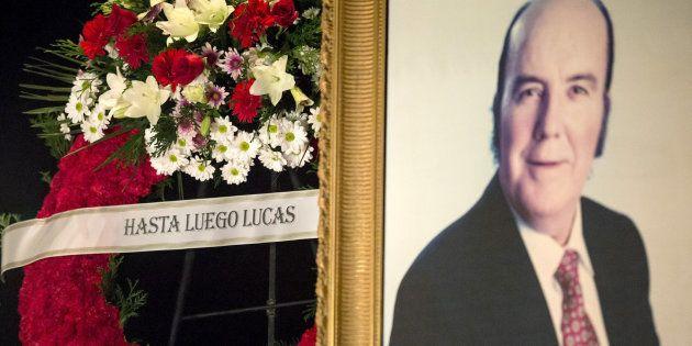 Varias coronas de flores presentes en el velatorio del humorista Chiquito de la Calzada. EFE/Daniel