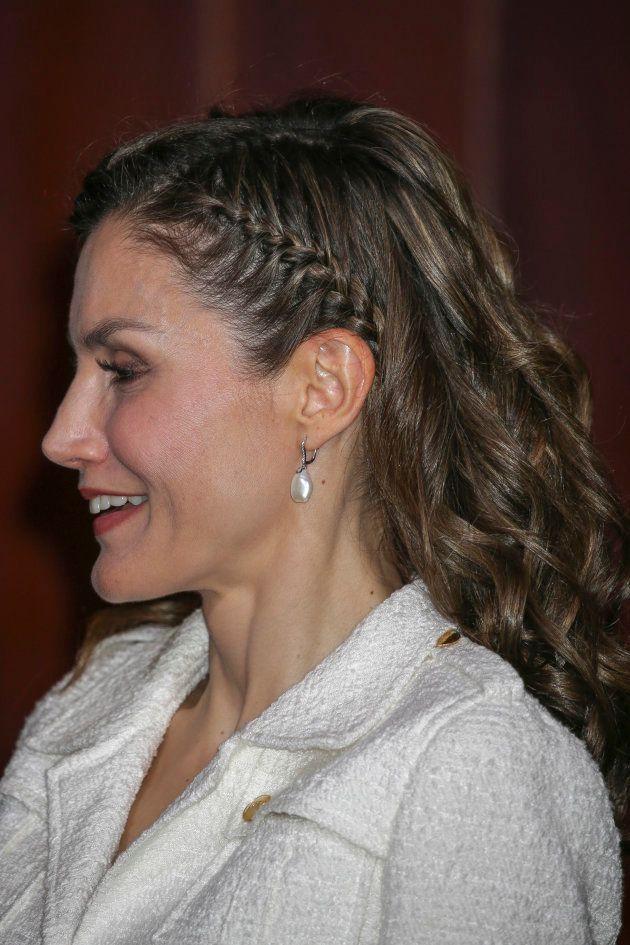 La reina Letizia arriesga con un peinado de rizos y