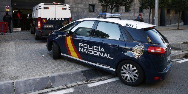 El coche de la Policía Nacional que transporta a varios de los acusados, llegando a la Audiencia de