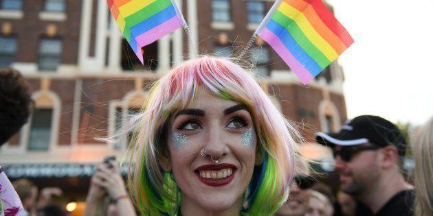 Varias personas celebran el resultado de la encuesta postal sobre el matrimonio homosexual en Sídney