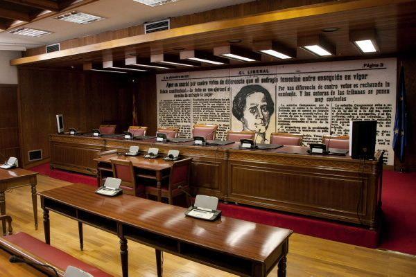 Este cuadro de Clara Campoamor en el Senado es obra de José María
