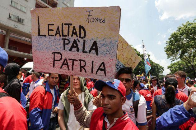 Simpatizantes del chavismo participan en una marcha a favor de Maduro en