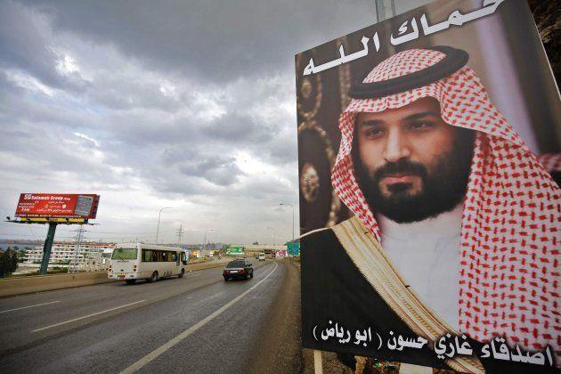Un poster con el rostro de Mohamed bin Salman con la frase