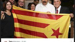 Maduro se saca una foto con una estelada, la bandera independentista