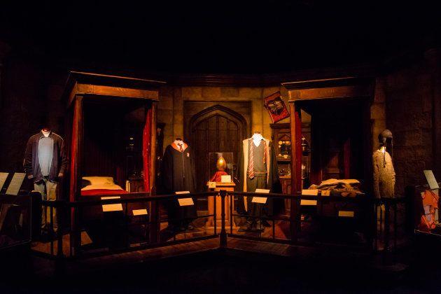 La sala común de Griffyndor con objetos de Harry (izquierda) y Ron