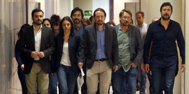 El líder de Podemos, Pablo Iglesias, junto a su equipo en el