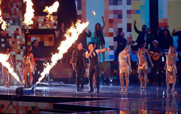 Luis Fonsi y Victor Manuelle cantan 'Despacito' en Las Vegas, en los Grammy