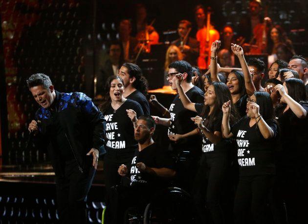 Alejandro Sanz canta junto a un grupo de 'dreamers' en los Grammy de