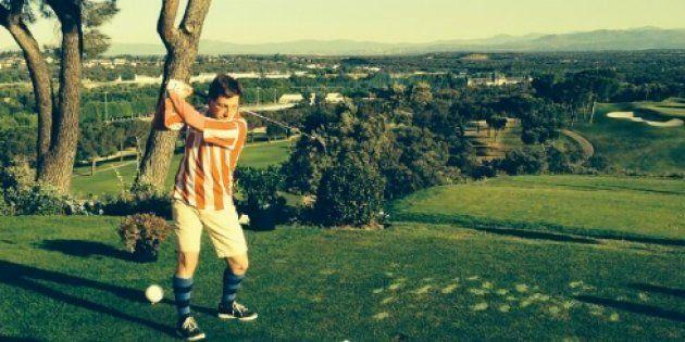 Martínez-Almeida jugando al golf con la camiseta del