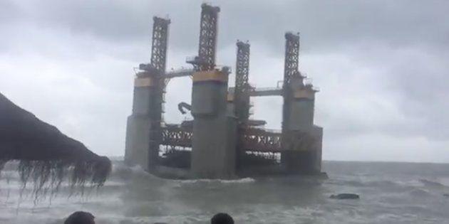 Alucinante: una superestructura marítima aparece de la nada en la costa de