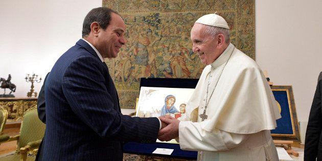 El presidente egipcio Al-Sisi, saludando al Papa Francisco en El