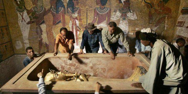 Zahi Hawass, el célebre egiptólogo (en el centro), en la tumba de