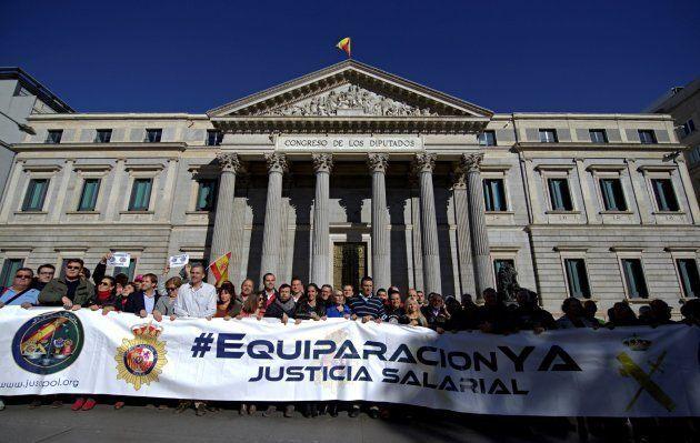 Miles de policías y guardias civiles reclaman en Madrid equiparación