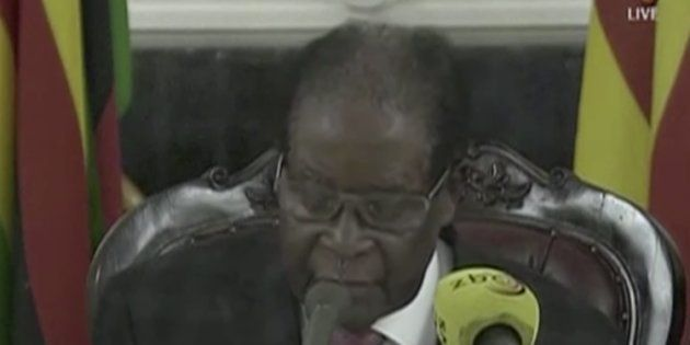 Mugabe se aferra al poder y rechaza