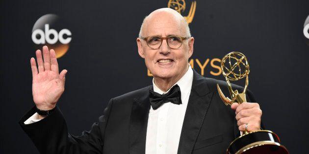 Jeffrey Tambor posa con su Emmy al Mejor actor protagonista en comedia por 'Transparent' en la 68ª edición...