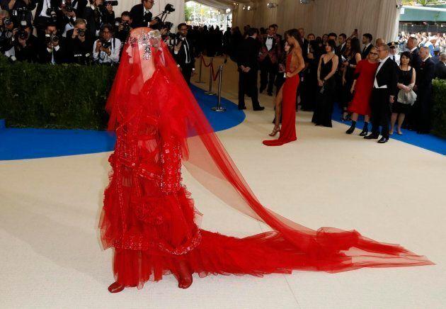 El largo vestido de Katy Perry (y ojo a sus zapatos con forma de