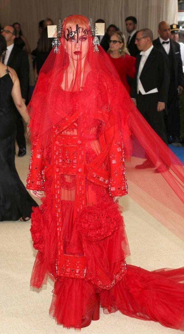 Katy Perry posa a su llegada para la gala del Instituto del Vestido del Museo Metropolitano de Arte en...